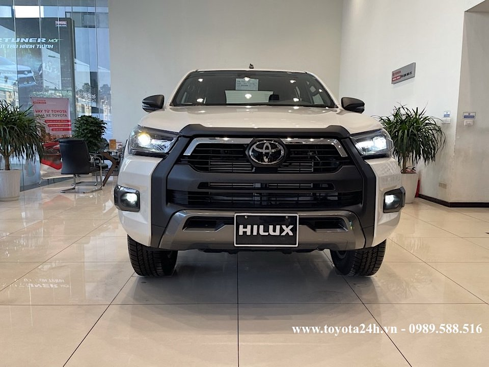 hinh-anh-dau-xe-toyota-hilux-2.8AT-4x4-mau-trang-2021